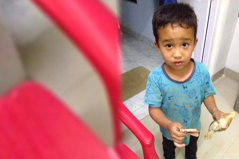 Mit einem toten Vogel in der einen und zehn Rupien in der anderen Hand machte sich der Junge auf den Weg zu einer Klinik.