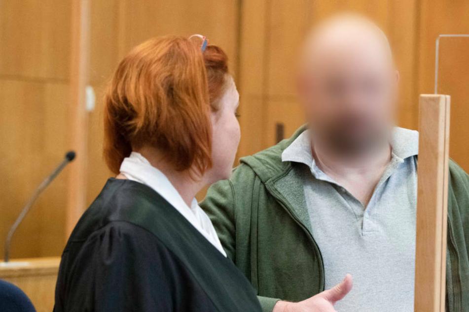 Der des Mordes an dem Politiker Walter Lübcke mit angeklagte Markus H. spricht mit seiner Verteidigerin Nicole Schneiders.