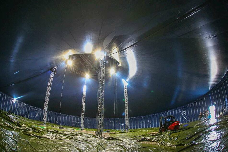 Rieisg wie ein Dom wirkt das Innere des neuen Hauptzeltes. Es misst 52 Meter im Durchmesser und eine Kuppelhöhe von fast 16 Metern.