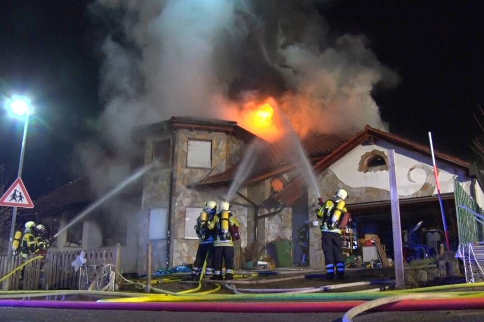 Das Feuer war gegen 20.40 Uhr entdeckt worden, die Feuerwehr war schnell vor Ort.