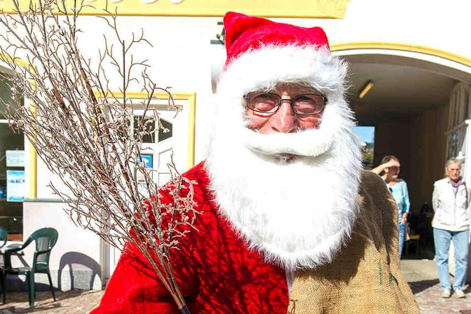 Sogar mit Rute: Auch der Weihnachtsmann schaute bei Sachsens frühestem Weihnachtsmarkt vorbei.
