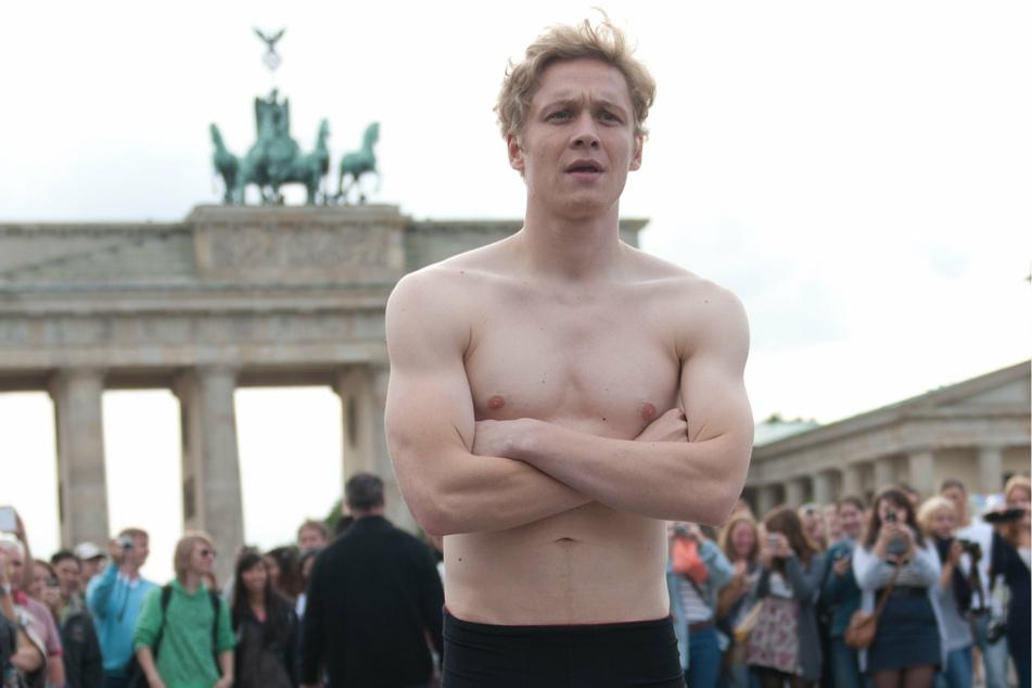 Matthias Schweighöfer (39), Schauspieler, steht im September 2011 für einen PR-Auftritt in Unterhose vor dem Brandenburger Tor. (Archivbild)