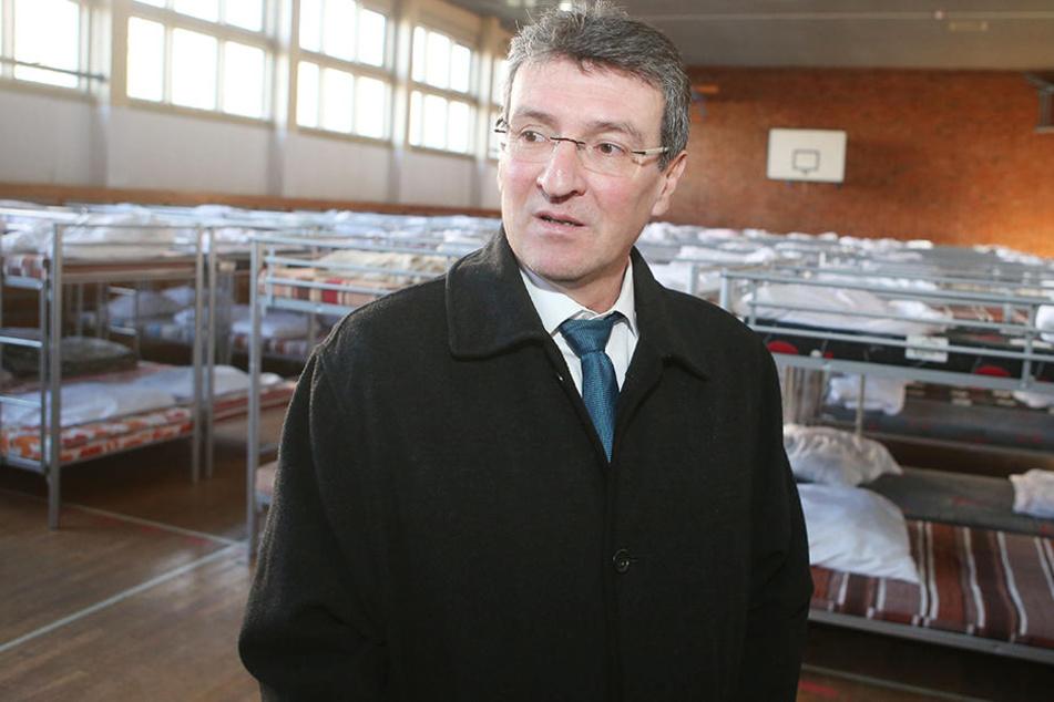 Migrationsminister Dieter Lauinger (Grüne) beim Besuch einer Erstaufnahmeeinrichtung. (Archivbild)