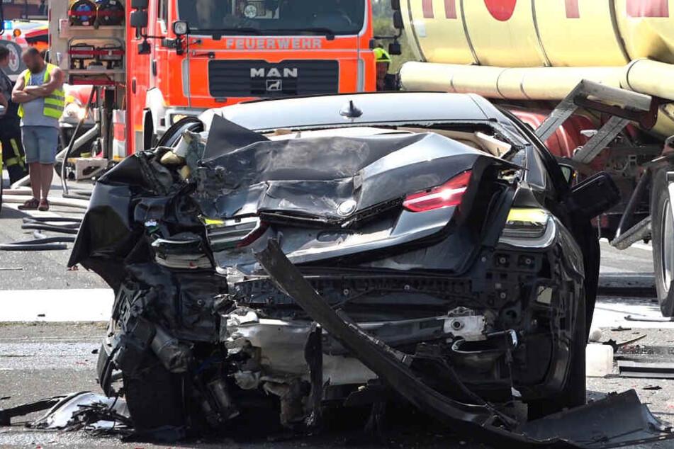 Das Auto wurde durch den Crash übel zugerichtet.
