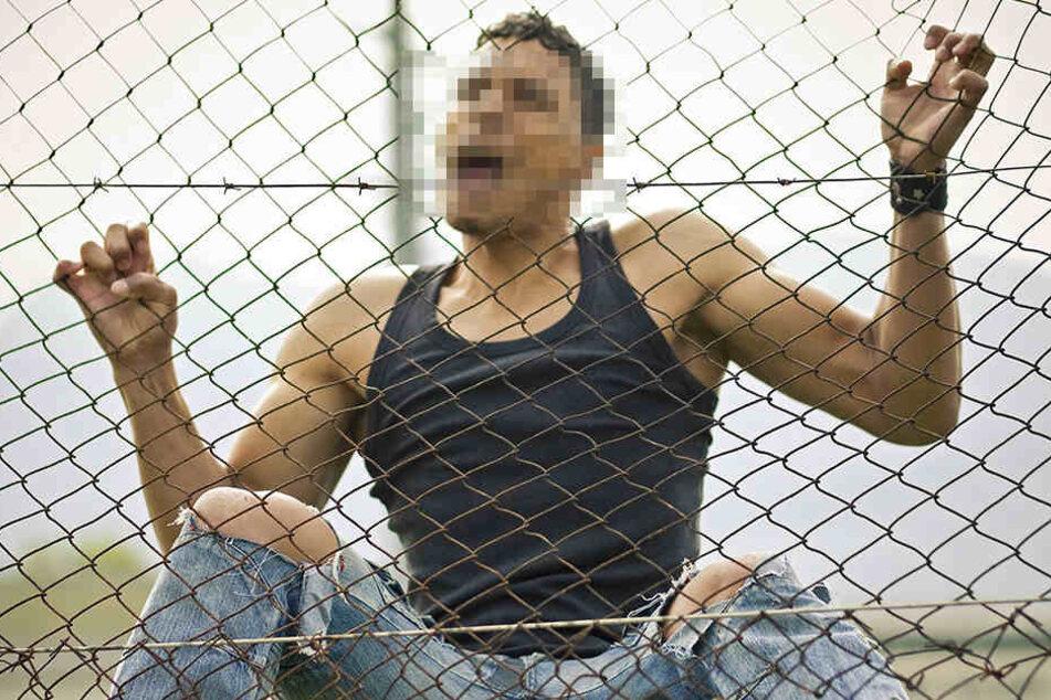 Einer der Männer konnte über den Zaun fliehen. (Symbolbild)