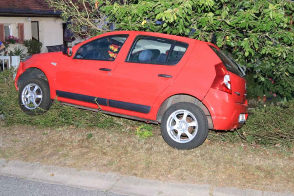 Der rote Dacia war nach dem Unfall fahruntüchtig.