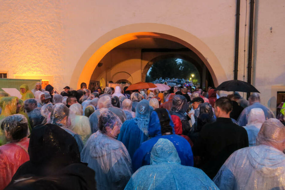 Die Aufzeichnung der Show wurde unterbrochen und die Zuschauer mussten den Innenhof vom Wasserschloss verlassen.