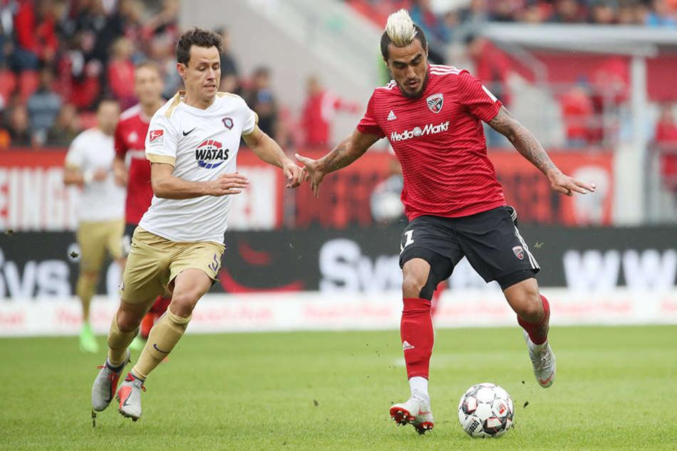 Clemens Fandrich (l.) wird sich auch am morgigen Sonntag gegen Ingolstadts Dario Leczano behaupten müssen. Das Veilchen will und muss die Partie mit Aue für sich entscheiden, um nicht wieder hinten rein zu rutschen.