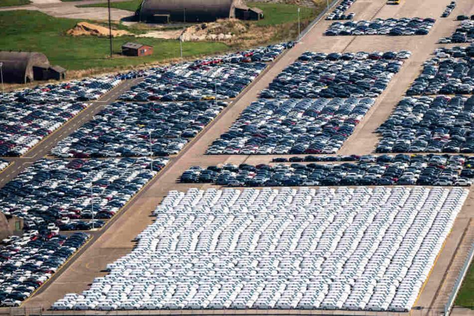 Warum parkt Daimler hier Tausende Neuwagen?