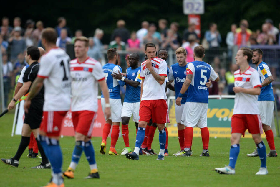 Bjarne Thoelke (Mitte) bei einem Testspiel gegen Kiel im vergangenen Sommer.