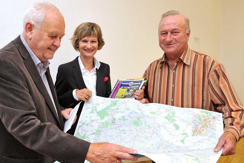 Roland Kaiser (77,r.) zeigt gemeinsam OB Barbara Ludwig (54, SPD) und Bernd Lohse (74) die Rennstrecke auf der Karte.