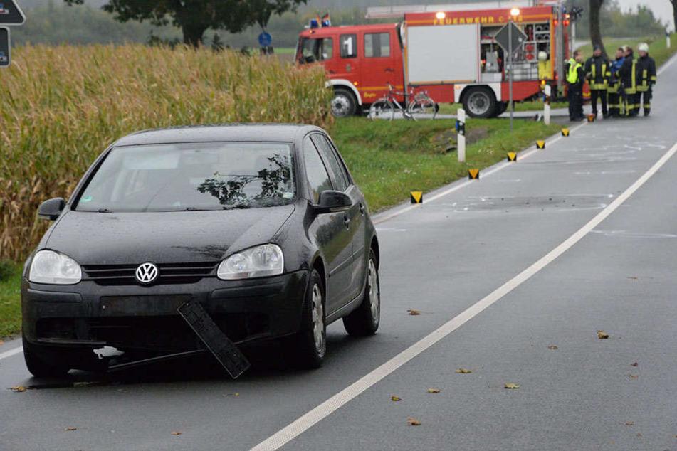 Der schwarze VW Golf hat den Radfahrer getroffen und überfahren.
