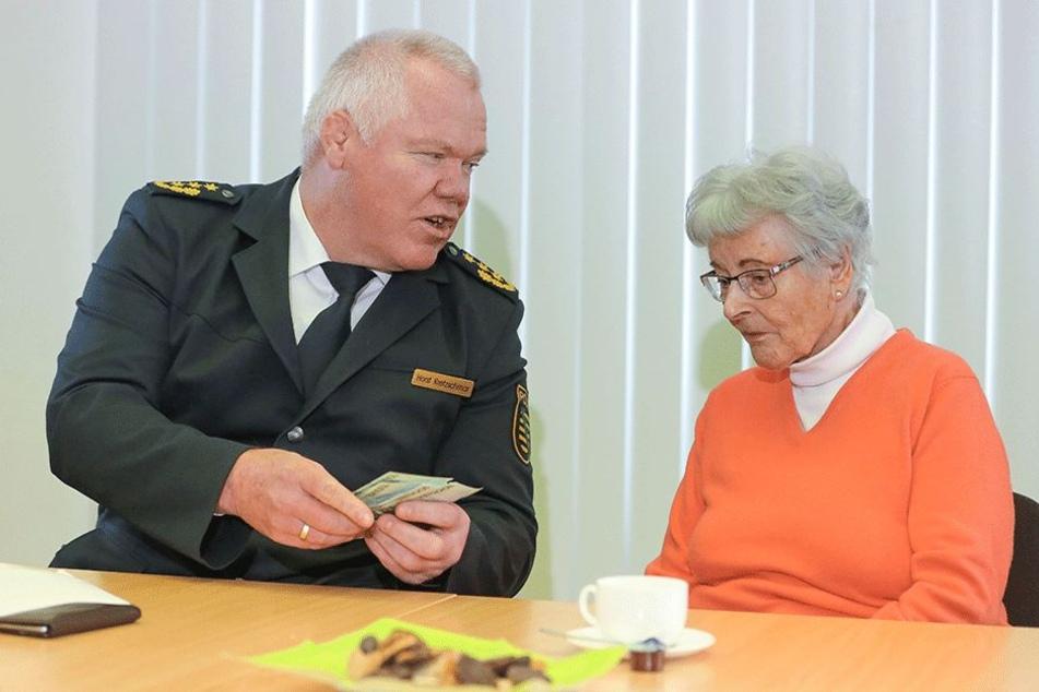 Dresdens Polizei-Chef Horst Kretzschmar (57) übergab Seniorin Renate B. (87) am Freitag ihr das Geld wieder, das dreiste Betrüger von der Witwe ergaunert hatten.