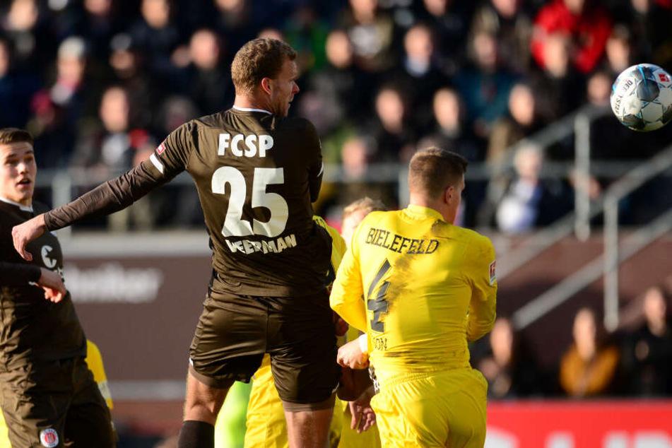 Der 2,01 Meter große Stürmer köpft zur Führung gegen Arminia Bielefeld ein.
