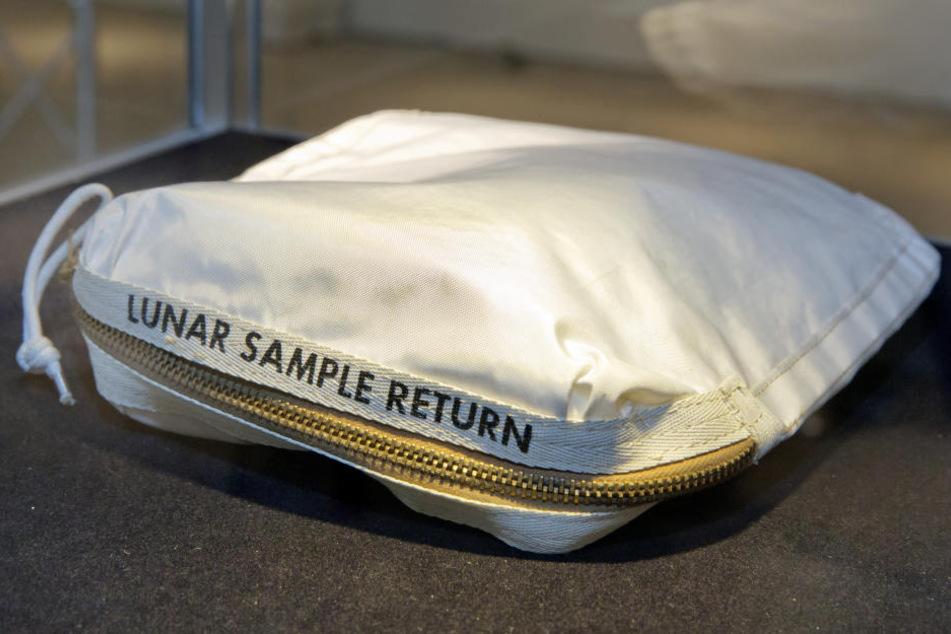 Dieser Mondgestein-Beutel wurde in New York für 1,8 Millionen Dollar versteigert.