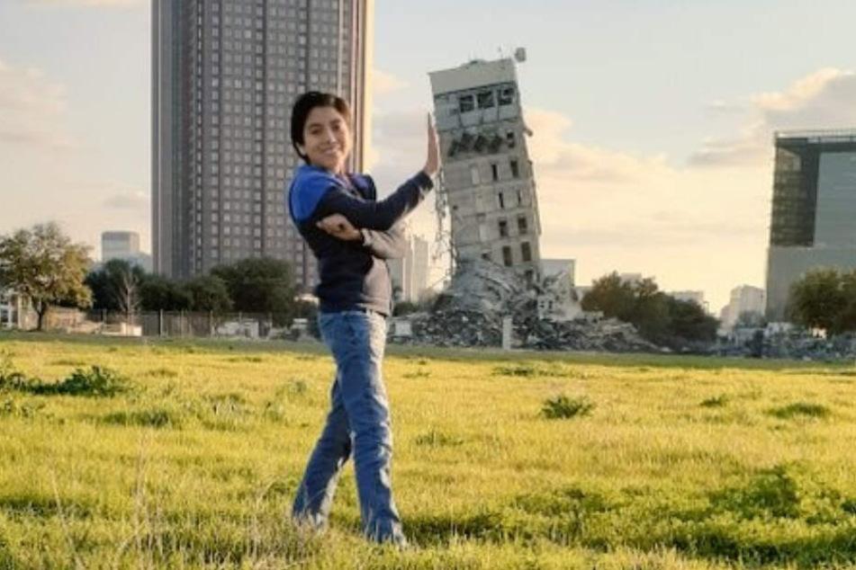 Groß und auch Klein posieren mit Freude vor dem Gebäude.