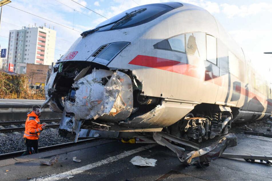 Frankfurt: ICE entgleist und landet auf Bahnsteig: Wer war schuld?