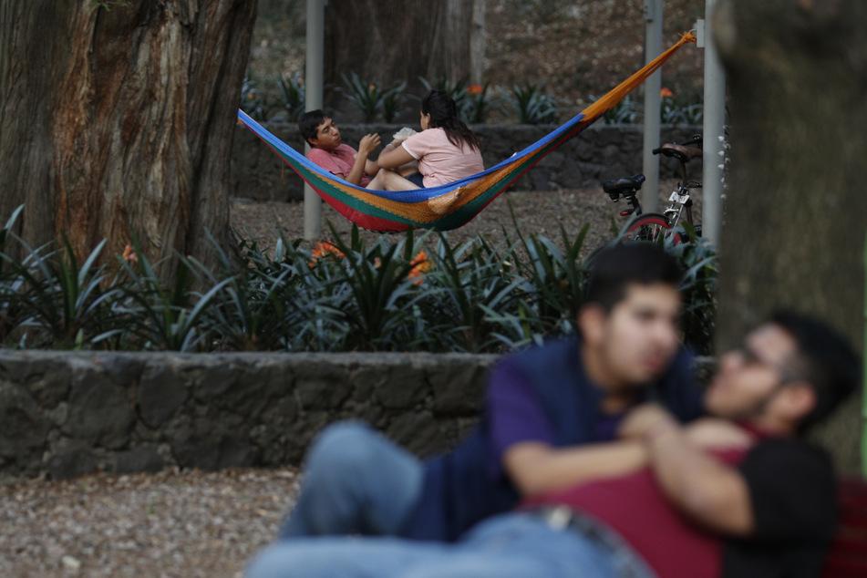 Paare in Mexiko genießen die Zweisamkeit in einem Park. Für Jo und William ist das leider (noch) nicht möglich.