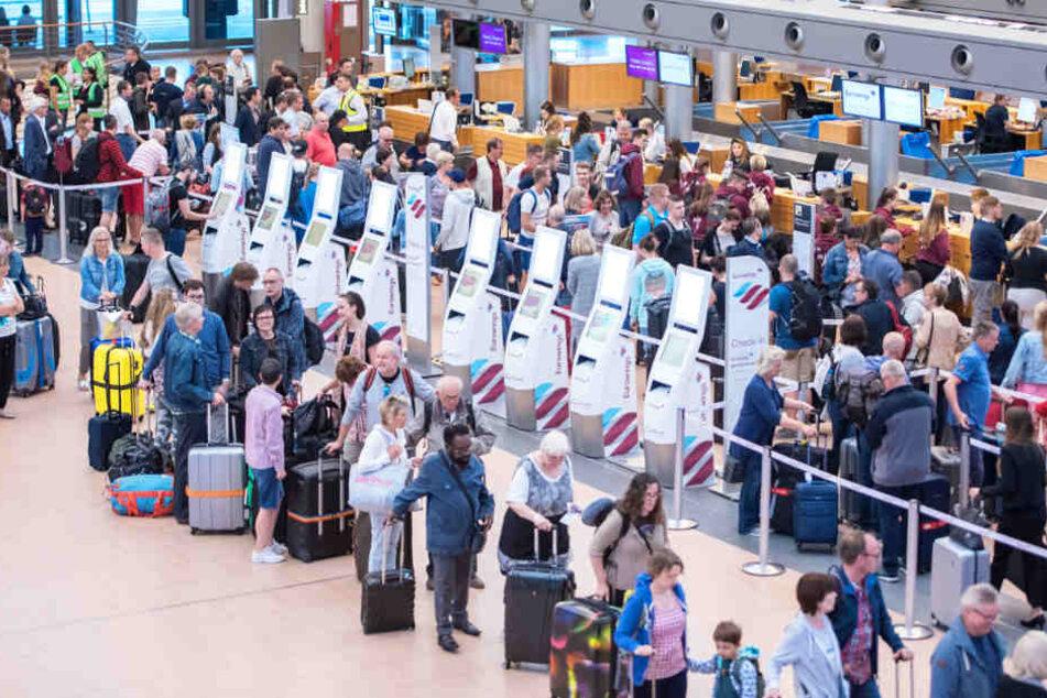 Am Sonntag warteten viele Passagiere vergeblich auf ihren Flug. Archivbild.