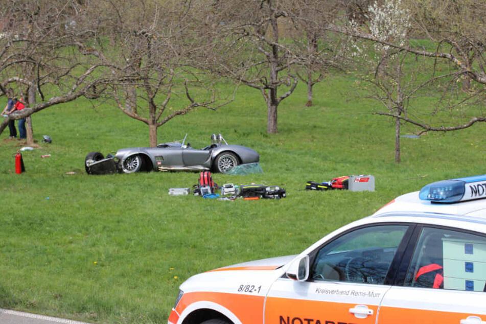 Der 61-jährige Autofahrer wurde eingeklemmt, verletzte sich bei dem Unfall schwer und musste mit dem Rettungshubschrauber in eine Klinik geflogen werden.