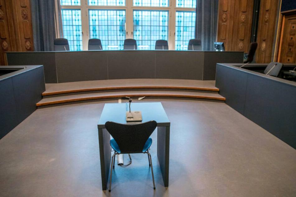 Der leere Saal im Landgericht Schwerin wird sich bald mit den Prozessbeteiligten füllen.