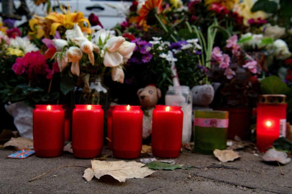 Mit Blumen und Kerzen gedenken die Menschen der Opfern des tödlichen Verkehrsunfalls.
