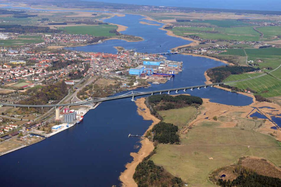 Die Visualisierung zeigt die geplante Brücke über den Peenestrom von Wolgsst auf die Insel Usedom.