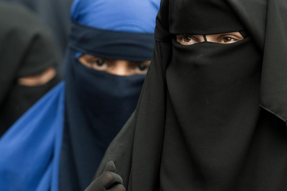 Algerier will in Österreich alle Burka-Strafen zahlen