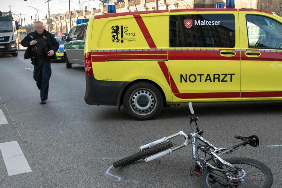 Radler nach Unfall mit S-Klasse in Dresden bewusstlos und schwer verletzt