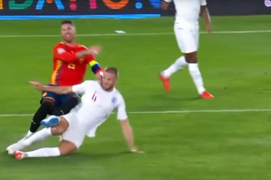 Mit einem Affenzahn grätschte Englands Eric Dier (unten) Spaniens Sergio Ramos (oben) um und wird dafür auf der Insel gefeiert.