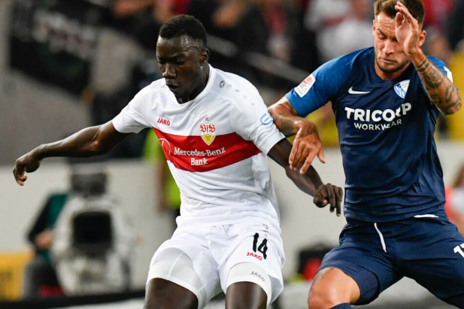 Stuttgarts Silas Wamangituka (l) spielt gegen Bochums Danny Blum.