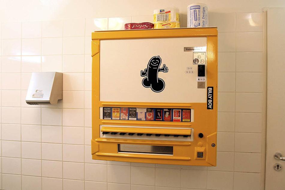 Die Diebe klauten den Automaten aus der Herrentoilette (Symbolbild).