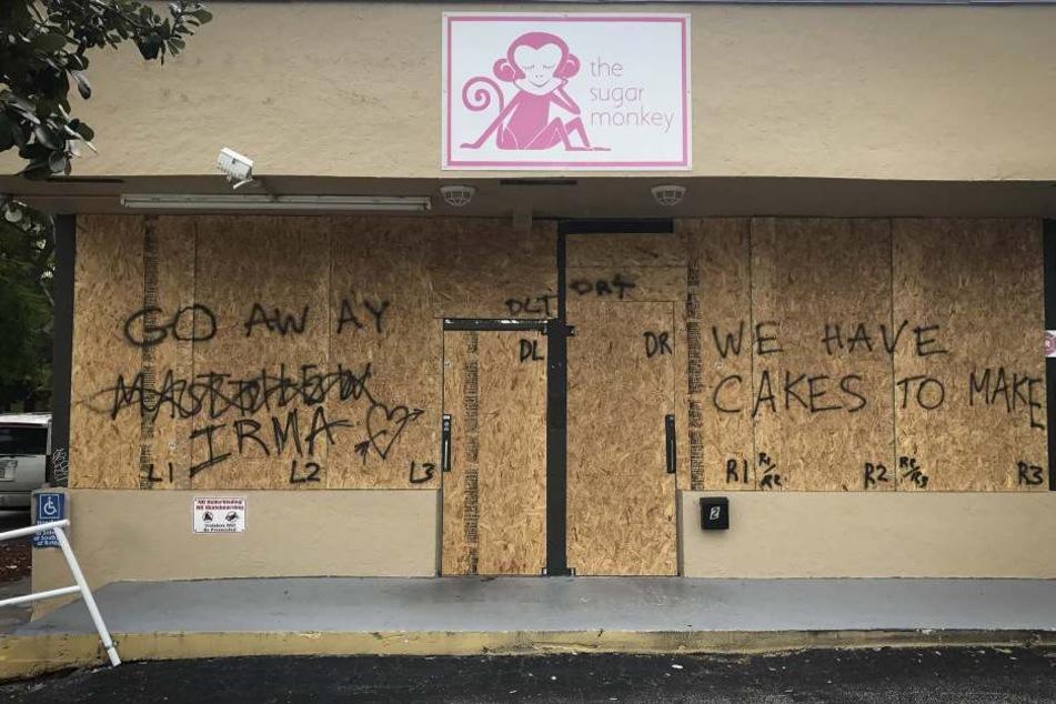 """""""Go away Irma"""" - Der Besitzer dieses Coffeeshops hat seinen Laden verrammelt."""