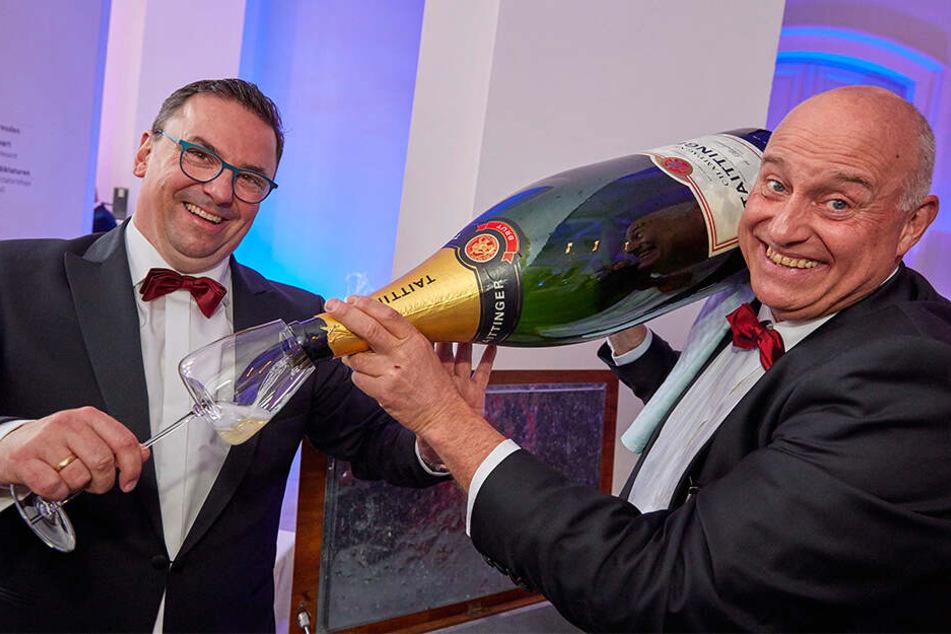 Taittinger-Experte Hagen Schmidt (l., Weinhandelsagentur Wieruszewski) und Champagner-Profi Hartmut Richter (R9 - Die Weinboutique) schenken eine 15-Liter-Flasche aus.