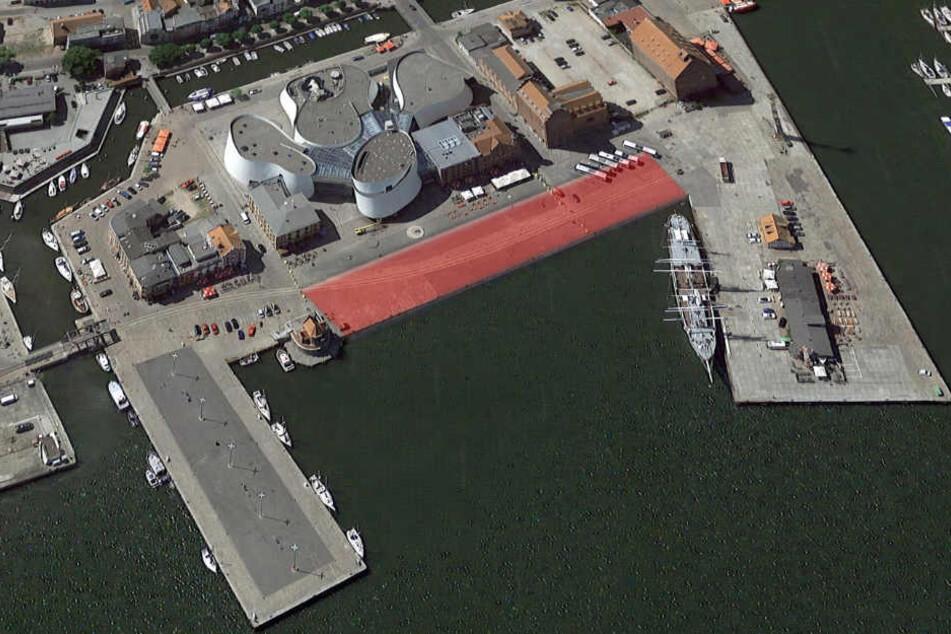 """Der rot markierte Bereich ist einsturzgefährdet. Nördlich davon steht das Ozeanum, links ist die """"Gorch Fock"""" festgemacht."""
