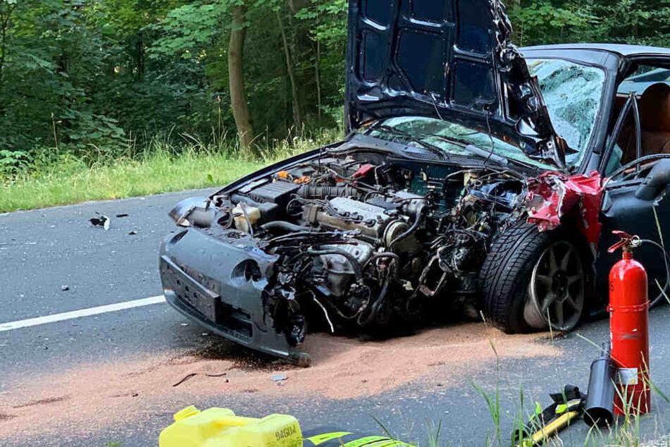 Das Foto zeigt den massiv beschädigten Honda nach dem Unfall auf der L3004.