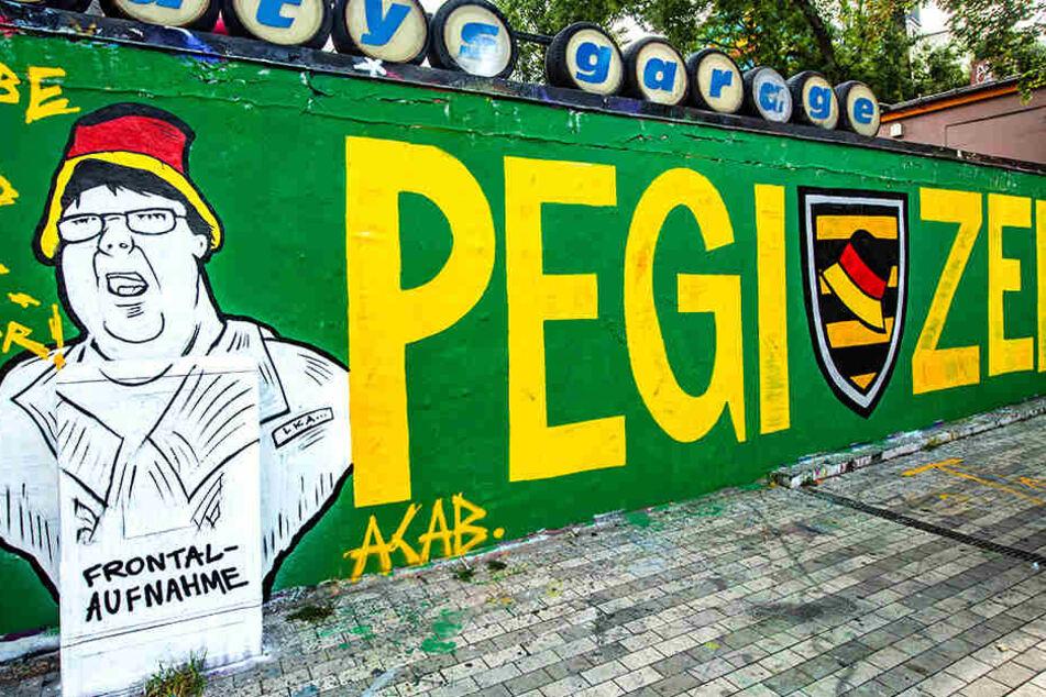 """Ein Graffiti in der Neustadt zeigt den Hutbürger neben dem Schriftzug """"Pegizei""""."""