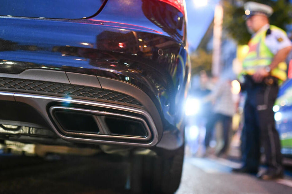 Polizeibeamte kontrollieren sogenannte Autoposer, die mit ihren oftmals getunten Autos vor allem in den Abendstunden durch die Innenstadt rasen und lautstark zeigen, wie viel PS ihr Wagen hat.