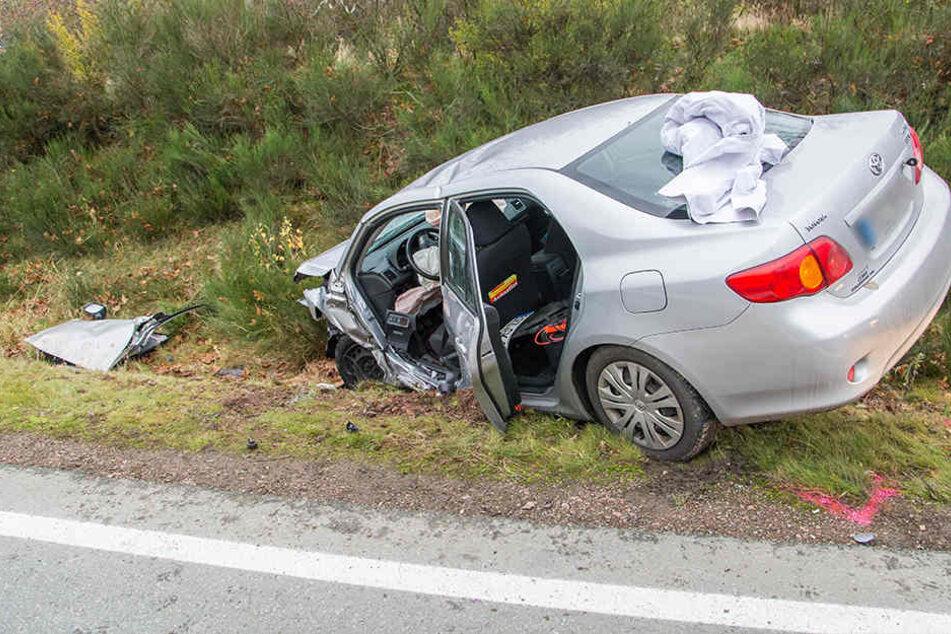 Der Toyota landete nach dem Unfall im Straßengraben.
