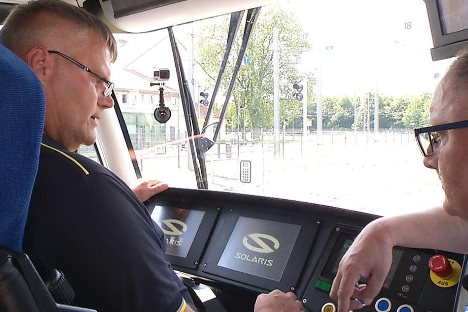 Harald Bobach (r.) erklärt Michael Bangel (l.) die technischen Neuerungen in der XL.