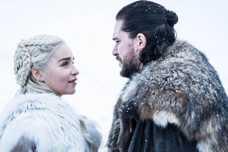 Daenerys Targaryen (l., Emilia Clarke) und Jon Schnee (Kit Harington) erreichen Winterfell gemeinsam mit einer gewaltigen Armee und zwei Drachen.