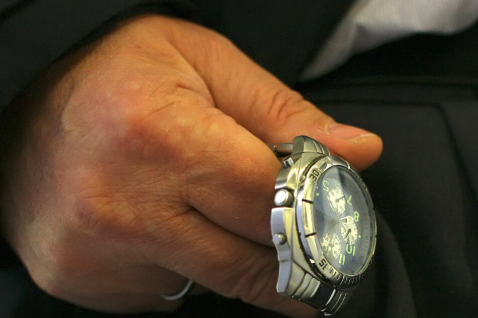 Der Trickdieb kam mit der hochwertigen Uhr davon. (Symbolbild)
