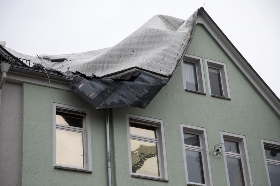 Ein Mehrfamilienhaus in Freiberg wurde fast zur Hälfte abgedeckt.