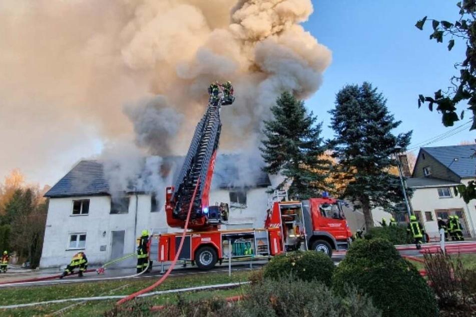 Die Feuerwehren aus der Umgebung sind in Zethau im Einsatz.