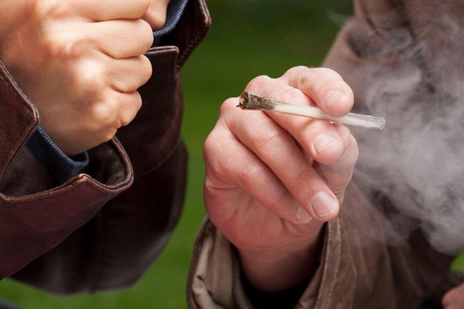 Er habe am Vorabend zwei Joints und Amphetamine genommen, gestand der 35-Jährige.