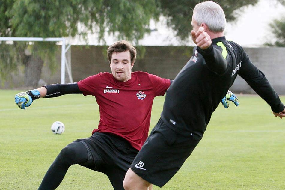An ihm kommt im Training nicht mal Trainer Pavel Dotchev (r.) vorbei: Martin Männel.