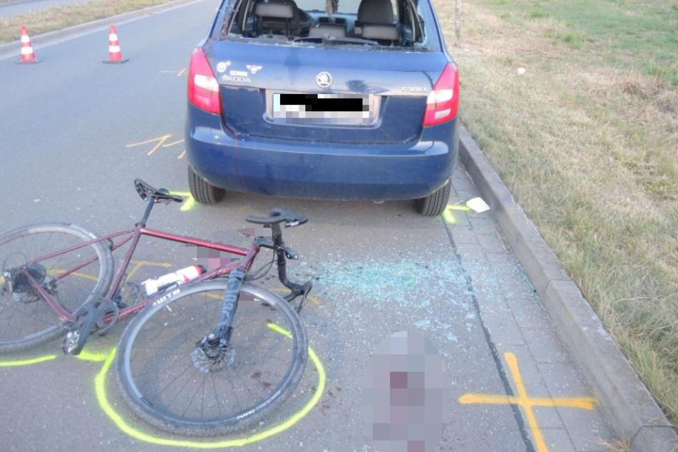 Der 23-jährige Radfahrer fuhr auf das Auto auf und wurde durch die Heckscheibe geschleudert.