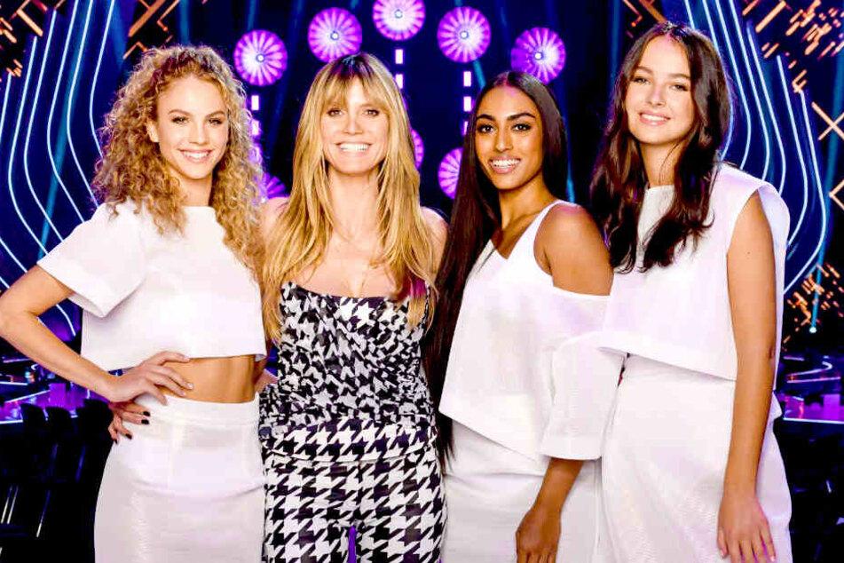 "Heidi Klum (45, 2.v.l.) kürte am Donnerstagabend Simone (21, links) zu ""Germany's next Topmodel"": Sayana (20) und Cäcilia (19) standen ebenfalls im Finale."