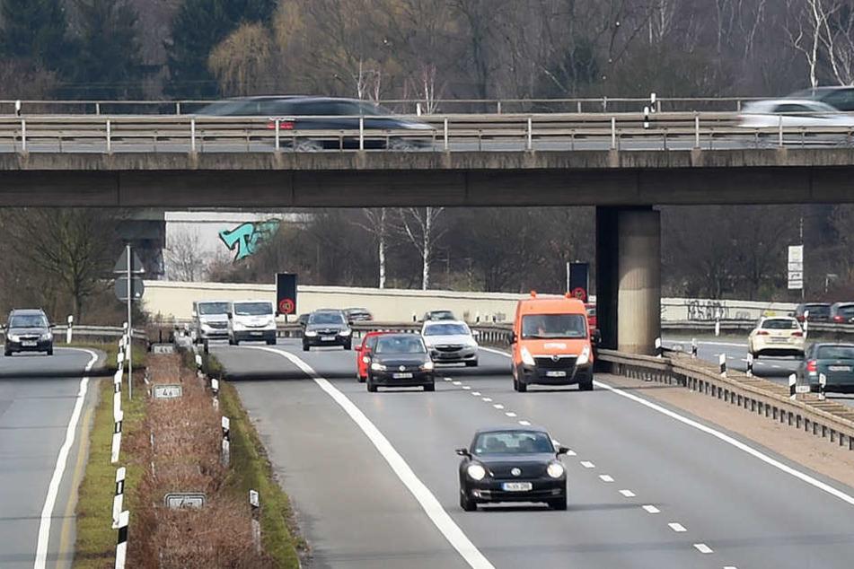 Von der Brückenbaustelle auf der B2 am Goethesteig löste sich ein Stahlträger, der in der Folge fünf Fahrzeuge demolierte (Symbolbild).