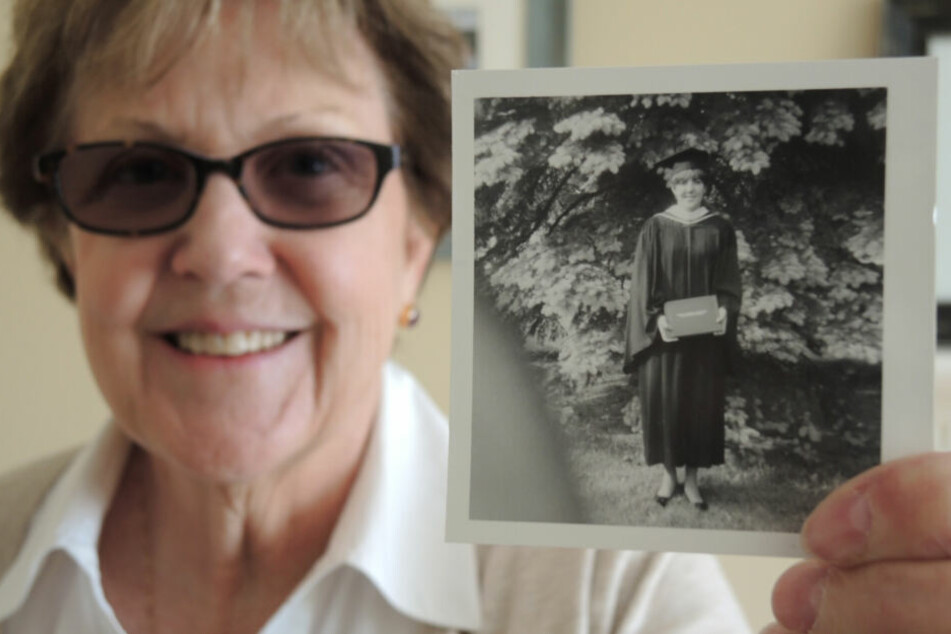 Celeste Sweeney zeigt ein Foto von sich bei ihrem College-Abschluss Ende der 60er-Jahre. Im Sommer 65 reist die junge Amerikanerin durch Deutschland.